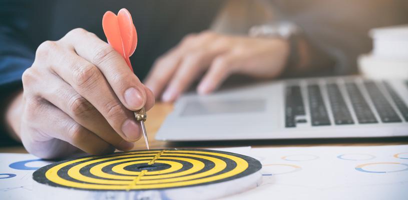 ¿Cómo se definen las estrategias para los grupos objetivo de optimización de motores de búsqueda?